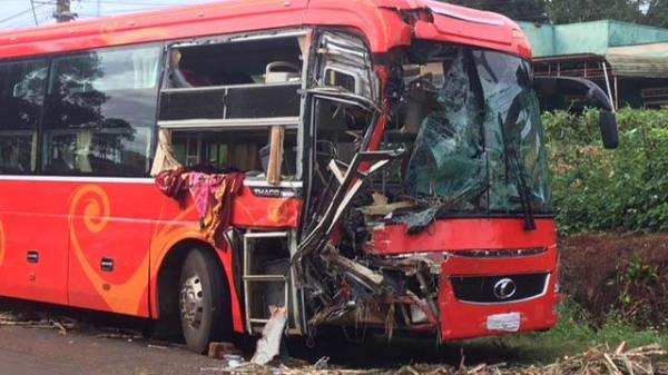 Gia Lai: Đầu xe khách vỡ nát sau khi đâm xe tải