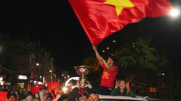 """Người dân Gia Lai đội mưa ra đường đi """"bão"""" ăn mừng chiến thắng lịch sử của Olypic Việt Nam trước Syria"""