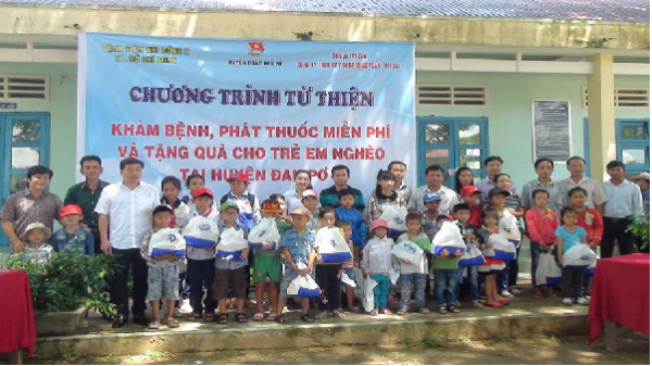 Đak Pơ: Khám bệnh, phát thuốc miễn phí và tặng quà cho trẻ em nghèo