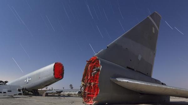 Khám phá 'nghĩa địa' máy bay đẹp siêu thực ở California vào ban đêm
