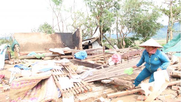 Người dân khóc ròng bên đống đổ nát sau cơn bão Damrey