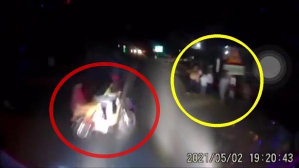 Clip: Xe khách tông trúng 2 học sinh, 7 người đứng bên đường thoát nạn