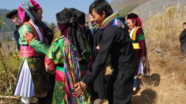 """Kỳ lạ tục """"vỗ mông"""" kén vợ của người Mông ở Hà Giang"""