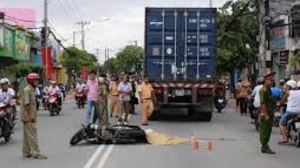 Bị container cán trúng sau khi ngã xuống đường, 3 nam sinh thương vong