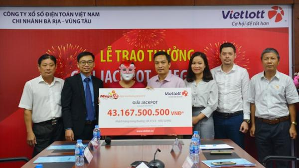 Nữ khách hàng ở miền Tây lĩnh thưởng giải Jackpot hơn 43 tỷ đồng