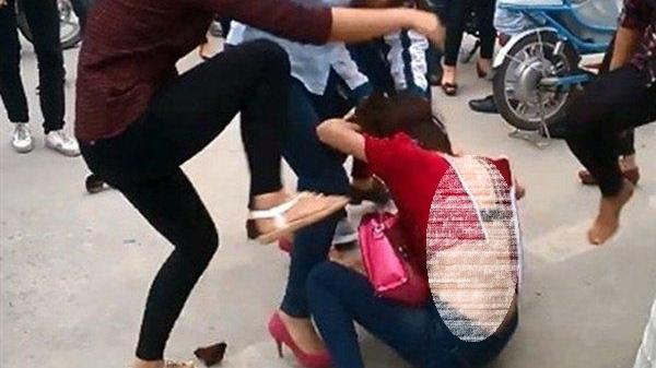 Tiếng hét cô gái 21 tuổi bị đánh ghen trong ôtô khiến nhiều người kinh hãi