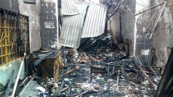Nóng: Cháy dữ dội ở miền Tây thiêu rụi toàn bộ 4 căn nhà, nhiều người hoảng loạn