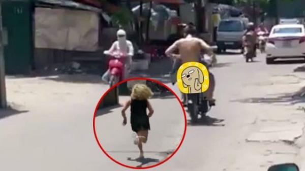 Cô gái lớn tiếng chửi bới đuổi theo thanh niên trần như nhộng ngồi sau xe máy không rõ nguyên nhân