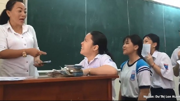 """Xôn xao CĐM tranh cãi """"nảy lửa"""" về clip cô giáo thưởng học sinh 20.000 đồng/bài kiểm tra tốt"""