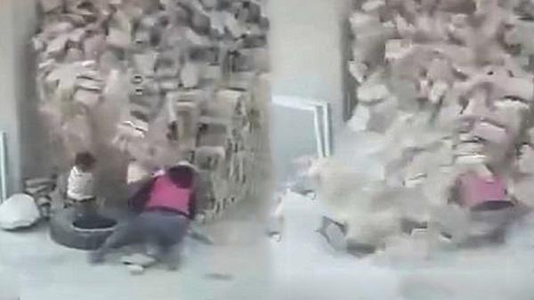 Kinh hoàng nhìn cảnh hai đứa trẻ đang chơi thì bị đống gạch đổ ập xuống người