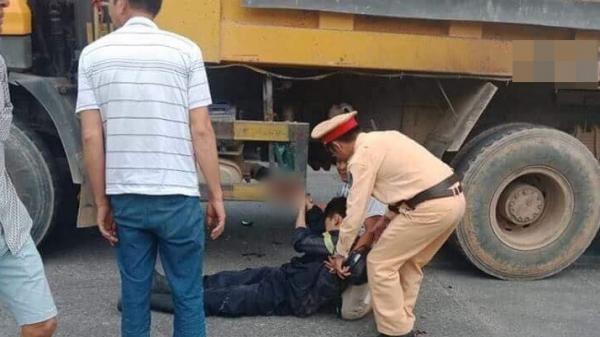Thương tâm: Trên đường về sau khi dập lửa, chiến sĩ PCCC bị xe tải cán dập bàn tay phải