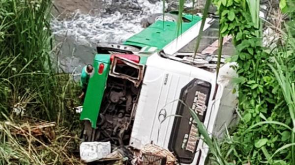 NÓNG: Xe khách chở 42 người lao xuống vực, 3 người chết, hàng chục người thương vong