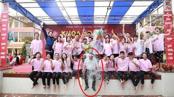Tổng kết cuối năm, thầy giáo bị học sinh dội nước từ trên xuống dưới: Ra trường rồi chả việc gì phải lo hết