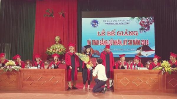 Nữ sinh viên bất ngờ được thầy giáo quỳ gối cầu hôn trong lễ trao bằng tốt nghiệp khiến ai cũng ngỡ ngàng