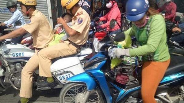 Cảm động hình ảnh CSGT lái mô tô mở đường, ôm bé trai lao đến bệnh viện cấp cứu