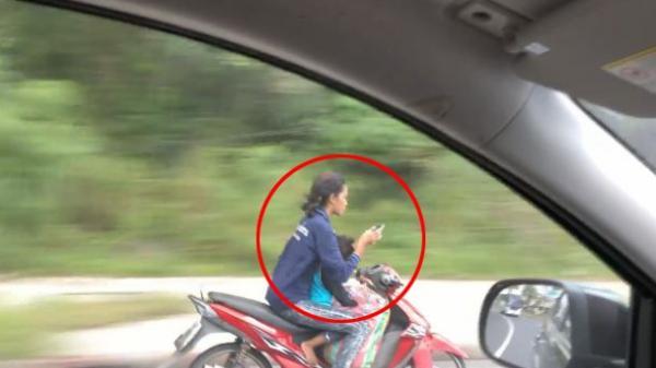 Phẫn nộ: Chở trẻ nhỏ trên xe máy, người phụ nữ buông cả 2 tay để nhắn tin