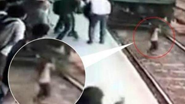 Nữ sinh đeo tai nghe dùng điện thoại bị tàu hỏa đâm, vài phút sau mọi người có mặt không tin vào mắt mình
