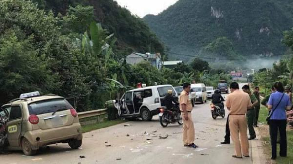 Nóng: Xe cứu thương đấu đầu taxi, 8 người thương vong