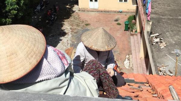 Chàng trai khoe ảnh bố mẹ ngồi trên mái nhà giữa trưa hè 40 độ, sự thật phía sau khiến ai cũng rơm rớm