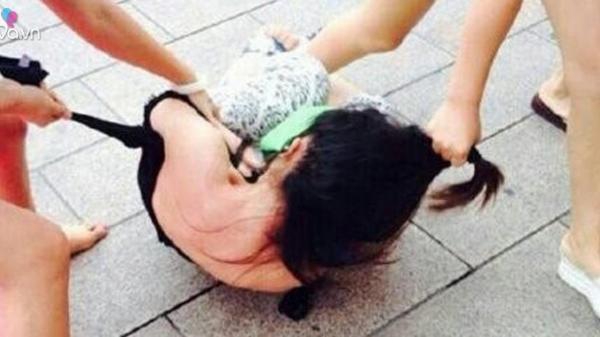 Kinh hoàng thai phụ trẻ bị người yêu cũ của bạn trai đánh ghen, đổ hẳn nước nóng vào 'vùng kín'