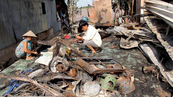 Miền Tây: Thảm họa 'giặc lửa' bao trùm xóm nghèo, chỉ còn lại bộ đồ dính da