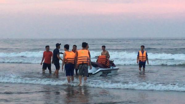 Thanh Hóa: 4 người bị sóng cuốn trôi mất tích khi tắm biển