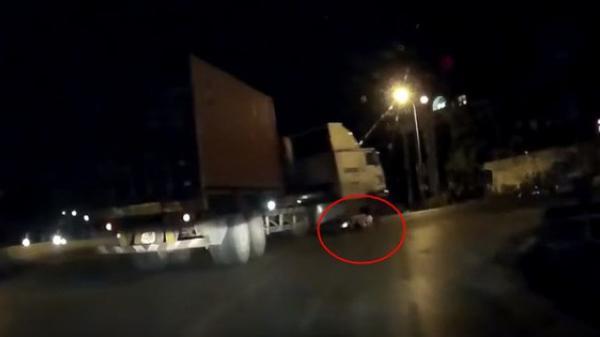 Tai nạn kinh hoàng: Tài xế container rẽ phải không hay biết dưới bánh xe có 2 người