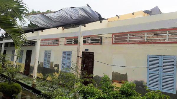 Miền Tây: Giông lốc, gió xoáy kinh hoàng làm 2 người thiệt mạng, 'tàn phá' hàng trăm căn nhà