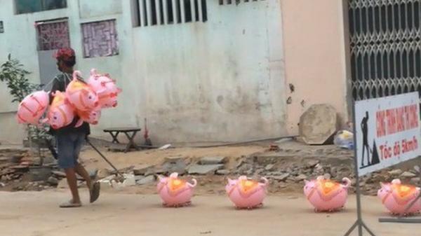 Dắt đàn lợn nhựa dạo phố, thanh niên nhận được 10.000 like chỉ trong 1 giờ đăng tải