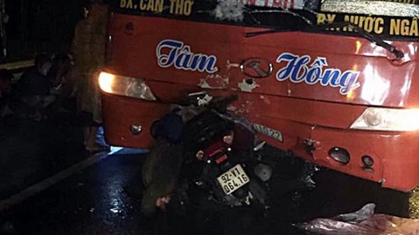 Tài xế Vĩnh Long điều khiển xe khách va chạm kinh hoàng với xe máy, khiến 2 mẹ con tử vong thương tâm