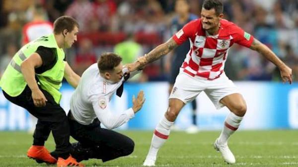 Bất ngờ thân thế thật sự của 3 cổ động viên quá khích tràn xuống sân trong trận chung kết World Cup 2018