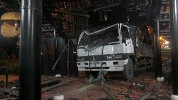 Miền Tây: Xe tải lao vào nhà hàng, một bảo vệ thoát chết