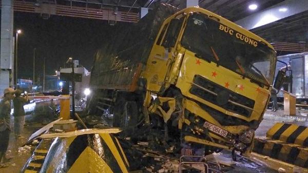 Xe tải mang BKS Đồng Tháp bất ngờ bị ô tô tải đâm mạnh làm sập cabin trạm thu phí trên cao tốc