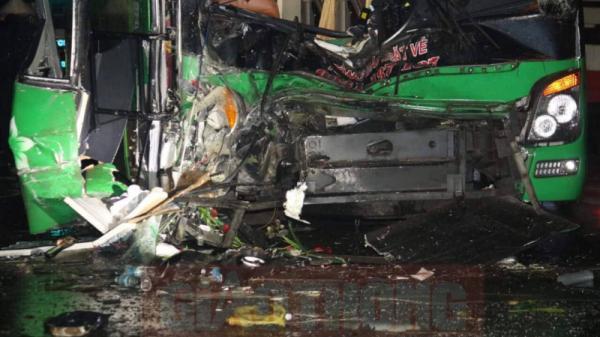Kinh hoàng: Hai xe giường nằm tông nhau làm 24 người bị thương nặng