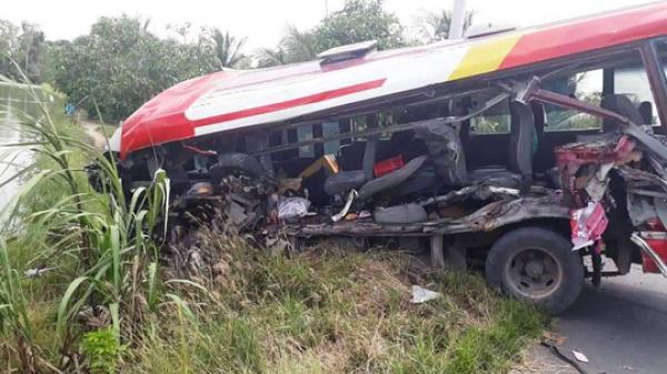 Miền Tây: Xe khách va chạm kinh hoàng với xe đầu kéo khiến 9 người bị thương
