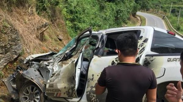 Xe bán tải mất lái đâm vách núi, 2 người nguy kịch