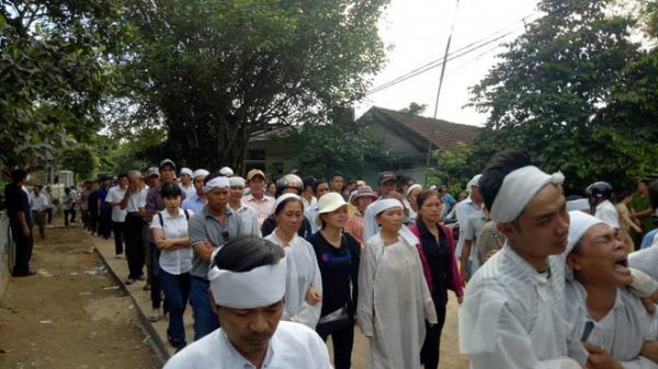 Nghẹn ngào: Cả làng dìu nhau đi trong im lặng, đưa tiễn những người gặp nạn về nơi an nghỉ cuối cùng