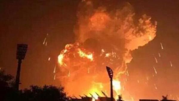 KINH HOÀNG: Hơn 60 thanh niên hỗn chiến, ném bom xăng cháy rực đỏ trên cầu