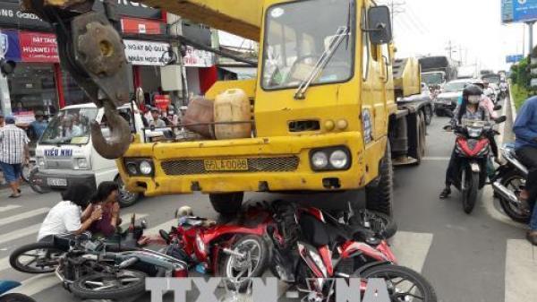 Tai nạn nghiêm trọng tại Cần Thơ: Xe cẩu đâm 4 xe máy chờ đèn đỏ, nhiều người thương vong
