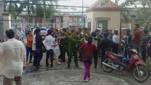 Miền Tây: Gia đình bị cáo, bị hại đánh nhau náo loạn tại sân tòa