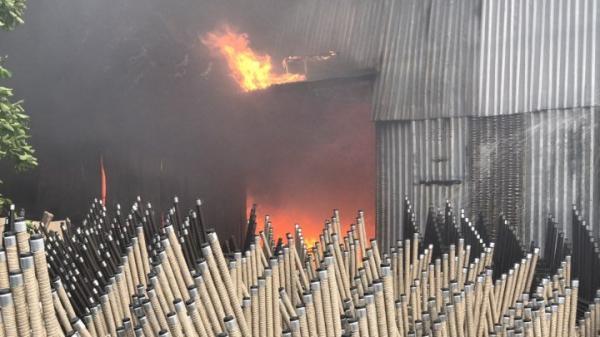 Nóng: Cháy dữ dội khu công nghiệp, khói đen bốc ngùn ngụt