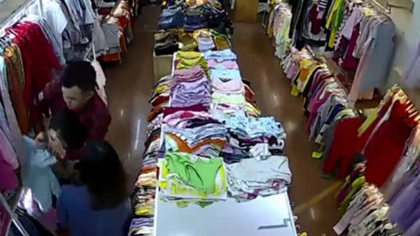 NÓNG: Đã có manh mối về cặp đôi tấn công dã man nữ nhân viên bán quần áo