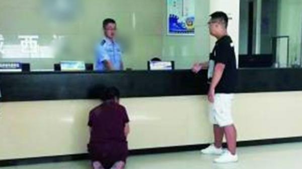 Người mẹ già quỳ trước đồn công an cầu xin bắt giam con trai vì...quá thương con