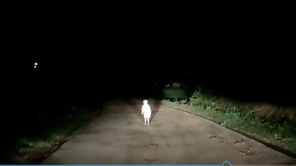 Clip: Tài xế hết hồn khi thấy một em bé đứng bơ vơ giữa đường trong đêm tối