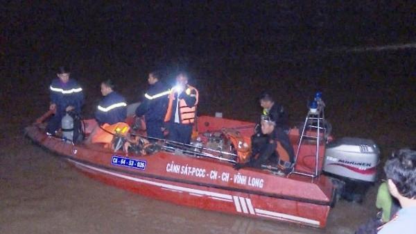 Vĩnh Long: Hàng chục người đang nỗ lực tìm kiếm bé gái mất tích vụ chìm sà-lan chở gạch