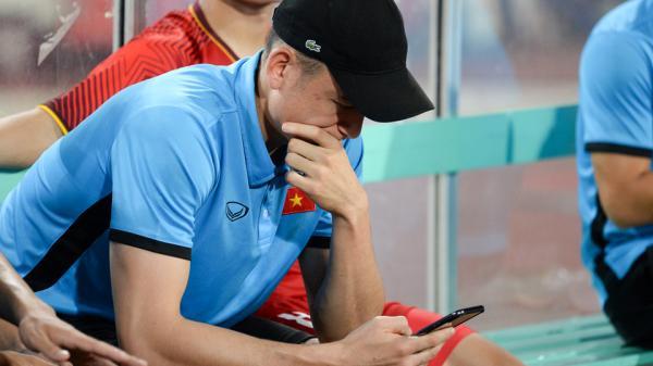 Toàn đội U23 Việt Nam ăn mừng vô địch, Đặng Văn Lâm vẫn ngồi thất thần khiến ai cũng xót xa