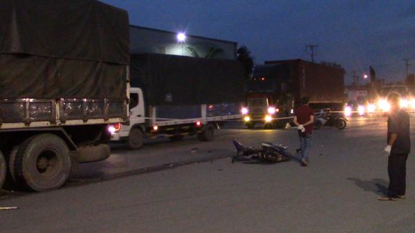 Huy động xe cần cẩu nâng bánh xe tải, đưa thi thể nam thanh niên bị mắc kẹt ra ngoài