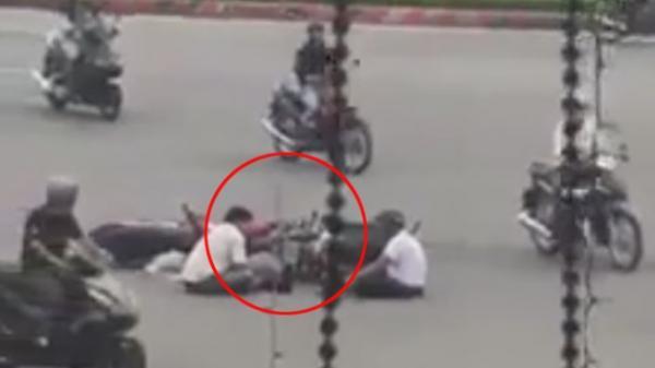 Sau va chạm giao thông, hai người đàn ông ngồi giữa đường 'tâm sự'