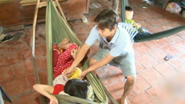 Chồng bón cơm, tắm giặt cho vợ suốt 13 năm bị liệt giường vì tai biến sau sinh