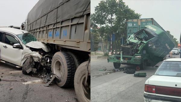 Bắc Ninh: Xe container đâm liên hoàn, xe bán tải bẹp dúm